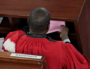 Un couple de magistrats fait prendre 6 mois ferme à un taximan  abus de pouvoir ou justice ?