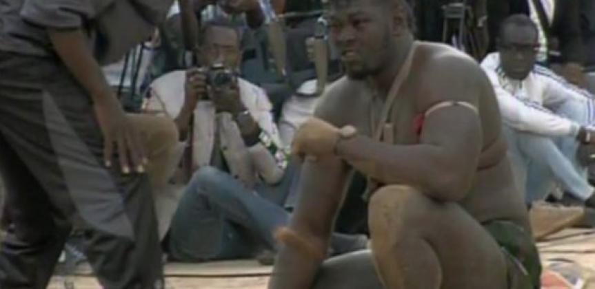 LUTTE : Moussa Ndoye roue de coups Lac Rose qui abandonne