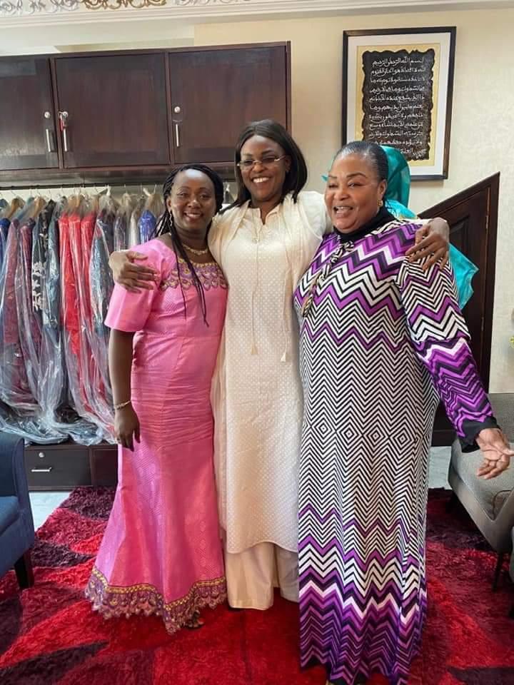 La Première dame bissau-guinéenne à l'école de la première dame sénégalaise: Marème Faye conduit Dinisia Réis Embaló chez Binta Khouma pour l'habiller