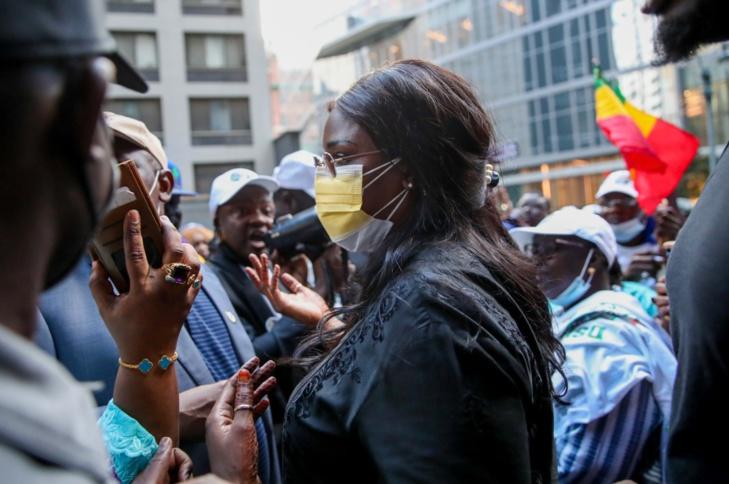 ACCUEIL DE MACKY SALL A NEW YORK  Grande mobilisation devant la Maison du Sénégal à New York, le Président accède difficilement au bâtiment