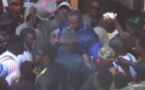 Video: Le départ de Modou Lo au stade accompagné par une foule en liesse