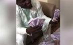 Regardez Balla Gaye 2 jouant les Floyd Mayweather sénégalais exhibant fièrement des liasses de billets de francs CFA