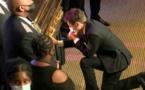 Un genou à terre, le maire de Minneapolis pleure devant le cercueil de George Floyd