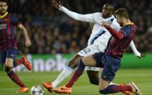 FOOTBALL : Yaya Touré tacle gentiment Gerard Piqué